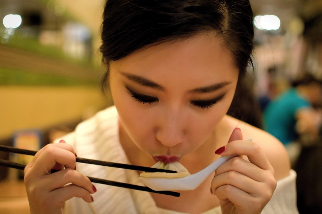 how to eat soup dumplings
